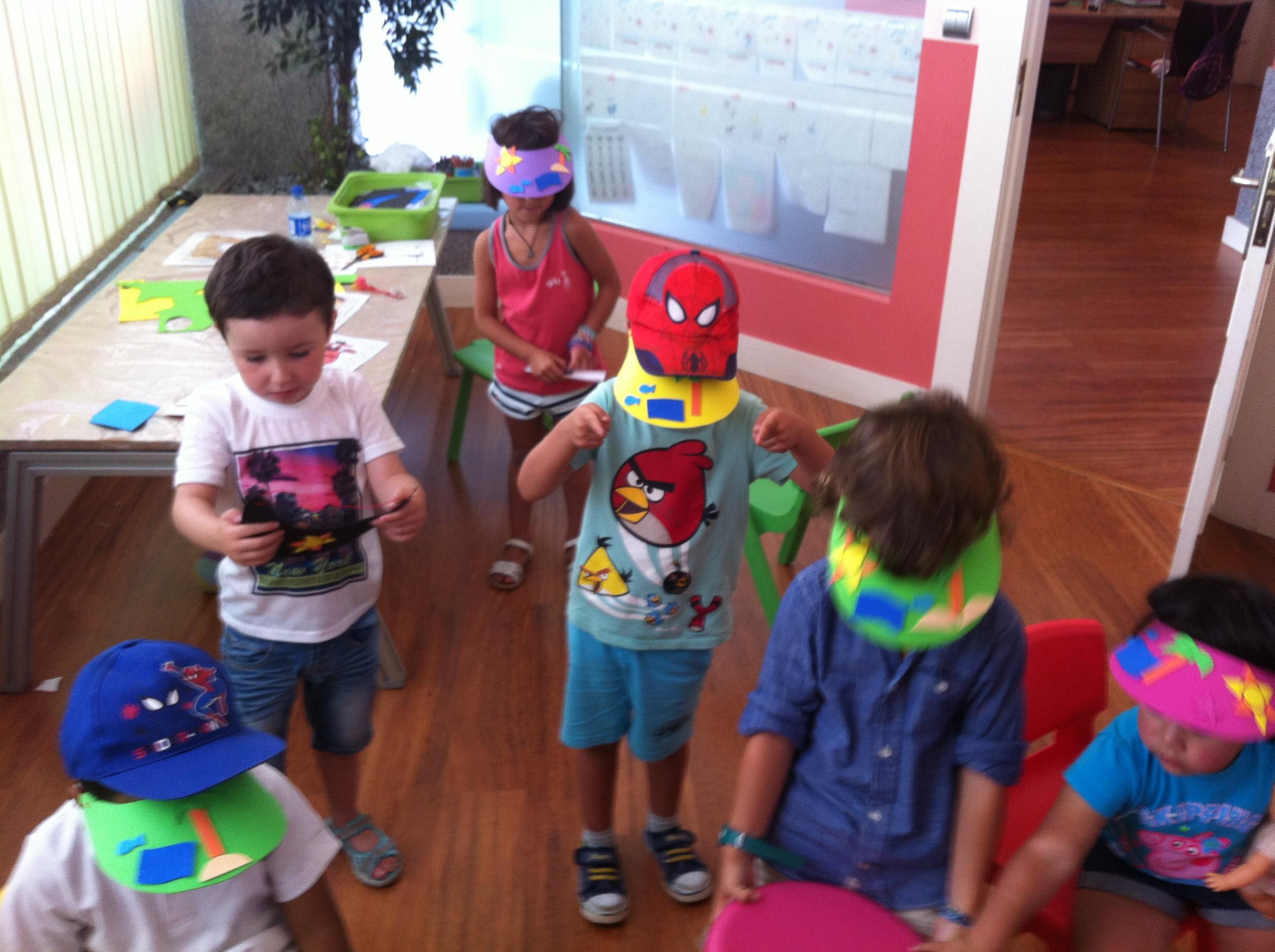 Talleres de verano en Welcome to the World Burgos niños  haciendo viseras en inglés